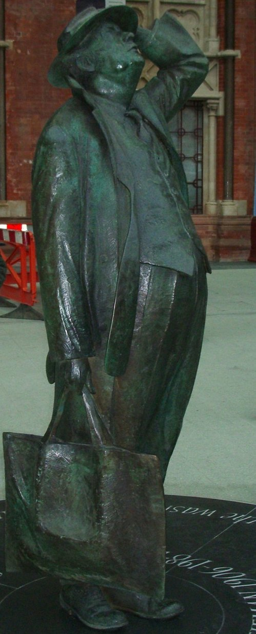 Sir John Betjeman sculpture St Pancras station.jpg